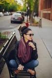 Chica joven hermosa en Chicago, tiempo hermoso fotos de archivo