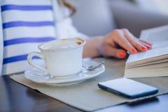 Chica joven hermosa en el café al aire libre a de lectura Foto de archivo