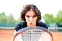 Chica joven hermosa en el campo de tenis abierto Foto de archivo