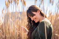 Chica joven hermosa en el campo y la sensaci?n de la naturaleza imágenes de archivo libres de regalías