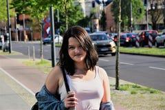 Chica joven hermosa en el centro de ciudad Foto de archivo
