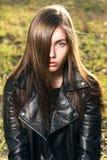 Chica joven hermosa en el fondo de la naturaleza Imagenes de archivo