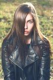 Chica joven hermosa en el fondo de la naturaleza Fotos de archivo libres de regalías