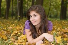 Chica joven hermosa en el paisaje 2 del otoño imagen de archivo libre de regalías