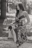 Chica joven hermosa en el parque Imagenes de archivo
