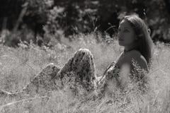 Chica joven hermosa en el parque Imágenes de archivo libres de regalías