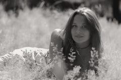 Chica joven hermosa en el parque Fotografía de archivo libre de regalías