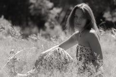Chica joven hermosa en el parque Foto de archivo