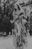 Chica joven hermosa en el parque Foto de archivo libre de regalías