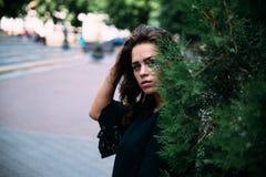 Chica joven hermosa en el parque en una tarde del verano imagenes de archivo