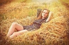 Chica joven hermosa en el prado Fotografía de archivo libre de regalías