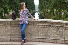 Chica joven hermosa en el puente de piedra viejo Fotos de archivo libres de regalías