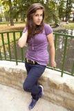 Chica joven hermosa en el puente en el parque 2 foto de archivo libre de regalías