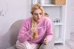 Chica joven hermosa en el sofá Fotografía de archivo libre de regalías