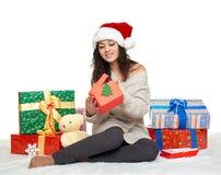 Chica joven hermosa en el sombrero con las cajas de regalo, fondo blanco de santa Imagen de archivo libre de regalías