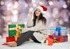 Chica joven hermosa en el sombrero de santa con el juguete del copo de nieve y el GIF grandes Imágenes de archivo libres de regalías