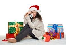 Chica joven hermosa en el sombrero de santa con el juguete del copo de nieve y el GIF grandes Foto de archivo libre de regalías