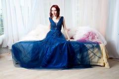 Chica joven hermosa en el vestido de noche que presenta en la foto interior s Foto de archivo libre de regalías