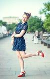 Chica joven hermosa en estilo de los años 50 con los apoyos Foto de archivo libre de regalías