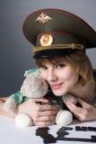 Chica joven hermosa en forma de ejército ruso Fotos de archivo libres de regalías