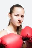 Chica joven hermosa en guantes de boxeo rojos Fotos de archivo libres de regalías