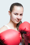 Chica joven hermosa en guantes de boxeo rojos Fotos de archivo