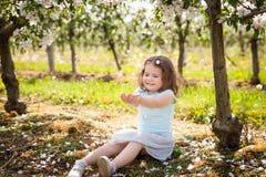 Chica joven hermosa en jardín de la primavera Foto de archivo libre de regalías