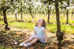 Chica joven hermosa en jardín de la primavera Imágenes de archivo libres de regalías