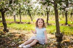 Chica joven hermosa en jardín de la primavera Imagen de archivo