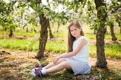 Chica joven hermosa en jardín de la primavera Fotos de archivo