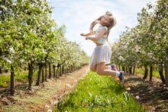 Chica joven hermosa en jardín de la primavera Fotos de archivo libres de regalías