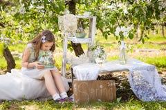 Chica joven hermosa en jardín de la primavera Foto de archivo
