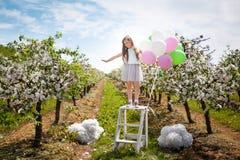 Chica joven hermosa en jardín de la primavera Imagenes de archivo