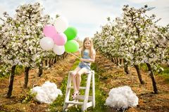 Chica joven hermosa en jardín de la primavera Fotografía de archivo