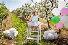 Chica joven hermosa en jardín de la primavera Fotografía de archivo libre de regalías