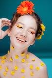 Chica joven hermosa en la imagen de la flora, retrato del primer imagen de archivo