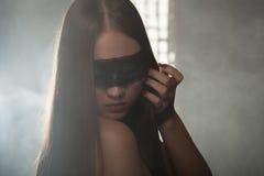 Chica joven hermosa en la máscara Fotos de archivo