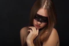 Chica joven hermosa en la máscara Fotos de archivo libres de regalías