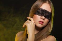 Chica joven hermosa en la máscara Imágenes de archivo libres de regalías
