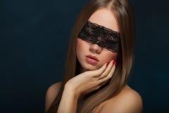 Chica joven hermosa en la máscara Fotografía de archivo libre de regalías