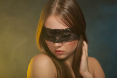 Chica joven hermosa en la máscara Imagenes de archivo