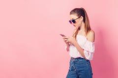 Chica joven hermosa en la música que escucha de los auriculares que se coloca en a Fotografía de archivo libre de regalías