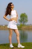 Chica joven hermosa en la mini falda blanca en la playa Fotos de archivo libres de regalías