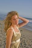 Chica joven hermosa en la playa fotografía de archivo libre de regalías