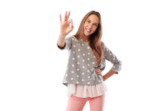 Chica joven hermosa en la ropa casual de moda que muestra gesto aceptable Foto de archivo