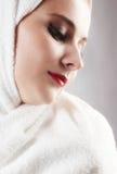 Chica joven hermosa en la toalla de la sauna imagen de archivo
