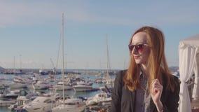 Chica joven hermosa en puerto de vacaciones almacen de video