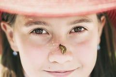 Chica joven hermosa en retrato del primer del sombrero del verano Imagen de archivo