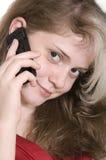 Chica joven hermosa en rojo con un teléfono móvil Fotografía de archivo libre de regalías