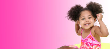 Chica joven hermosa en ropa de la playa en fondo rosado Imagenes de archivo